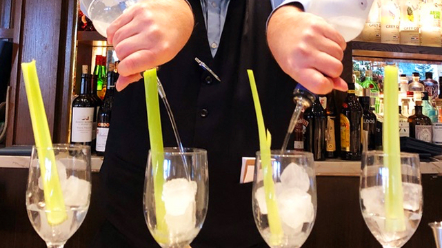 Gros plan du barman versant plusieurs boissons